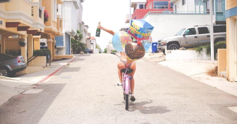 Selbstbewusste Frau auf Fahrrad