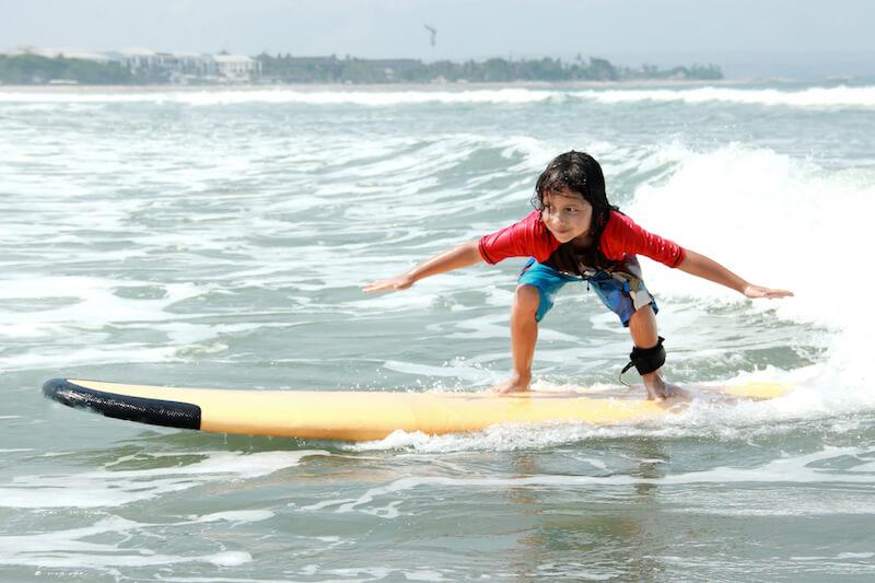 Selbstbewusstes Kind surft
